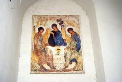 Treenighetsymbol på en kyrklig fasad kolomna kremlin russia Färgfoto Royaltyfri Foto