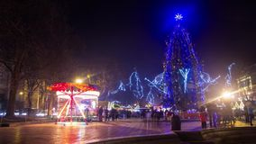 Treesnowy natttimelapse för jul arkivfilmer