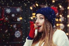 Treet emotionell stående av den unga härliga kvinnan som ser förvånad Dam som bär stilfull klassisk vinter stucken kläder Fotografering för Bildbyråer