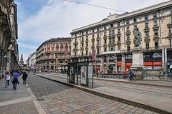 Treetmening met mensen, gebouwen en beeldhouwwerk in Milaan stock afbeelding