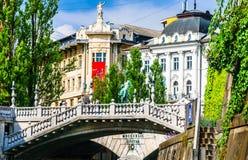 Trefaldig bro och gamla byggnader i Ljubljana - Slovenien royaltyfria bilder