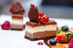 Trefaldig chokladefterrätt arkivbilder