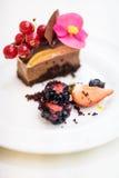 Trefaldig chokladefterrätt Arkivbild