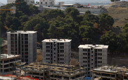 Trefaldig konstruktionsbyggnadskonstruktion, under en blå himmel Royaltyfria Foton