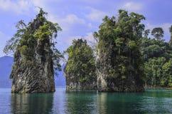 Trefaldiga berg av sjön Arkivfoto