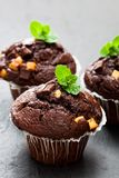 Trefaldiga chokladmuffin på svart stenbakgrund Arkivbilder