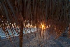 Treffen eines neuen Tages an der Dämmerung auf dem Ufer von einem ruhigen See im Sand Stockbild