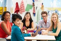 Treffen im Mode-Entwurfs-Studio Lizenzfreies Stockfoto