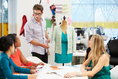 Treffen im Mode-Entwurfs-Studio Stockfotos
