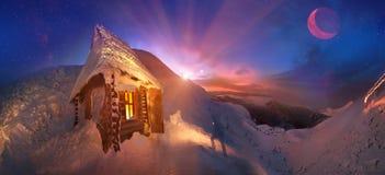 Treffen Sie froh sich Winterurlaube in den Bergen Stockfoto