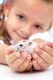 Treffen Sie meinen kleinen Kumpel - Mädchen und ihren Hamster Lizenzfreies Stockfoto