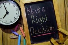 Treffen Sie rechte Entscheidung auf buntem handgeschriebenem der Phrase auf Tafel lizenzfreies stockbild