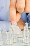 Treffen von Maßnahme auf Glasschachbrett Lizenzfreie Stockbilder
