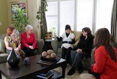 Treffende Frauen zu Hause Stockbilder