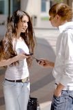 Treffenkerle und -mädchen auf der Straße Lizenzfreie Stockfotos