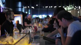 Treffpunkt am Nachtklub stock footage