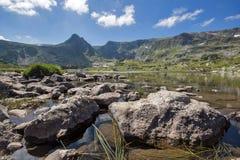 Trefoil sjön, de sju Rila sjöarna, Rila berg Royaltyfria Foton