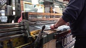 Trefriw, País de Gales - 24 de abril de 2018: Producción de lana histórica del molino en País de Gales - Reino Unido almacen de video