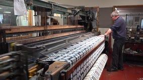 Trefriw, País de Gales - 24 de abril de 2018: Producción de lana histórica del molino en País de Gales - Reino Unido almacen de metraje de vídeo