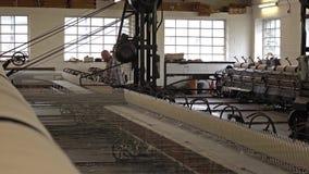 Trefriw, País de Gales - 24 de abril de 2018: Producción de lana histórica del molino en País de Gales - Reino Unido metrajes