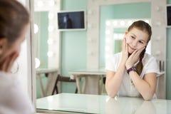 Treft het tiener Kaukasische jonge meisje voor auditie voor spiegel in kleedkamer voorbereidingen stock fotografie