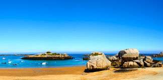 Tregastel,在海滩海湾的小船 桃红色花岗岩海岸,布里坦尼, Fra 免版税图库摄影