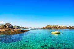 Tregastel, boot in vissershaven. Roze granietkust, Bretagne, Frankrijk. Royalty-vrije Stock Foto