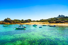 Tregastel, Boote in der Strandbucht. Rosa Granitküste, Bretagne, Fra Lizenzfreie Stockfotografie