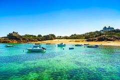 Tregastel,在海滩海湾的小船。桃红色花岗岩海岸,布里坦尼, Fra 免版税图库摄影