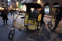Trehjuling för turist- transport i Florence i piazzadellaDuomo fotografering för bildbyråer