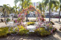 Trehjulingen dekorerades med blommor Arkivbilder