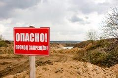 TREHSVYATSKOE RYSSLAND - MAJ 2015: Tecken 'fara - förbjuden passage ', arkivfoto