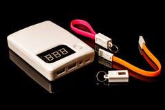 Treiben Sie Banken und Kabel für die Aufladungstragbaren geräte an, die auf b lokalisiert werden Stockbild