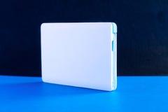Treiben Sie Bankkleine Minigröße auf blauem Hintergrund an Lizenzfreie Stockfotografie