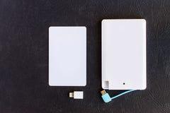Treiben Sie Bankkleine Minigröße an der Kreditkarte auf schwarzem Hintergrund an Lizenzfreies Stockbild