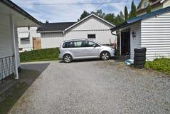 Treiben Sie das Auto in die Garage an Lizenzfreie Stockfotos