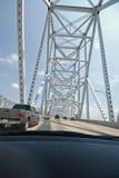 Treiben Sie durch Brücke an Lizenzfreie Stockfotografie