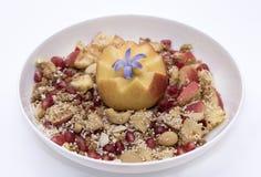 Treiben Sie muesli mit Amarant-, Acajoubaum-, Apfel- und Granatapfelkern an Stockfotografie