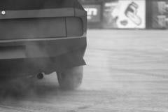 Treibende Reifen im Rauche Stockbild