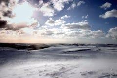 Treibender Schnee im Sonnenlicht Stockbild