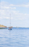 Treibendes Boot auf dem Baikalsee in Sibirien stockbild