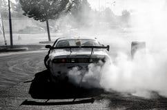 Treibendes und rauchendes Auto stockfotos
