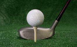 Treiber, der vor abgezweigt herauf Golfball sitzt Lizenzfreies Stockbild