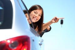 Treiberfrau, die neue Autotasten zeigt Stockfoto