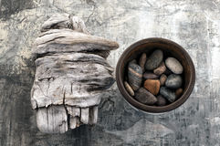 Treibholz und Steine stockfotografie