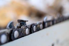 Treibstoffkettennahaufnahme, ausgefranst mit einem Zeichen der Abnutzungsarbeitskette in der Wintersaison lizenzfreies stockfoto