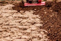 Treibstofflandwirt bebaut zusammengepreßten Boden Stockfotografie