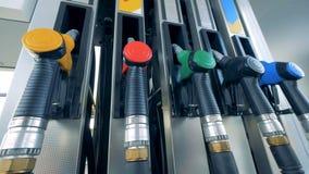 Treibstoffpistole mit grünem Griff wird in die Pumpe eingefügt stock video footage