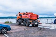 Treibstofftanker steht auf der Flussbank stockfotografie