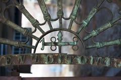 Treillagez avec le numéro 188 au-dessus de la porte Photographie stock libre de droits
